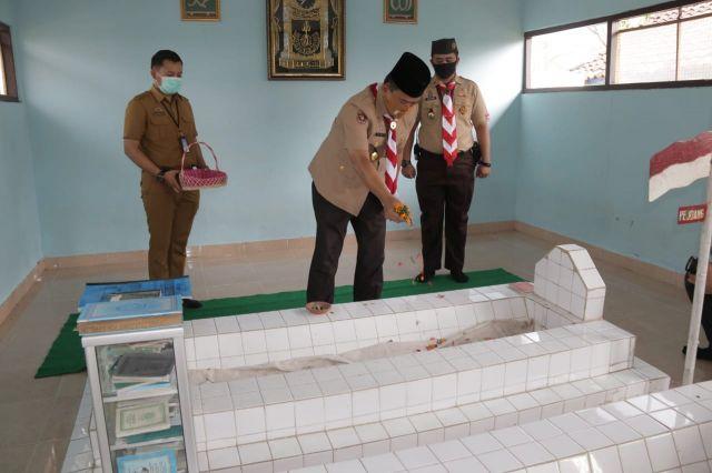 Kwarcab Pringsewu Ziarah & Tabur Bunga di Makam Pahlawan KH.Ghalib & Tokoh Pramuka