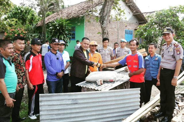 Wakil Bupati Pringsewu Serahkan Bantuan Korban Kebakaran